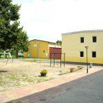 Der Schulhof mit der Sporthalle im Hintergrund