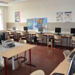 Der Computerraum bietet vielfältige Arbeitsmöglichkeiten für die Schüler