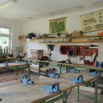 Den Schülern stehen ein Holz- und ein Metallbearbeitungsraum zur Verfügung